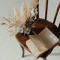 Comment relooker une chaise ancienne bois et paille ?